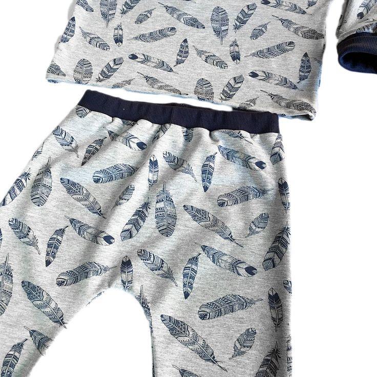 Patron de couture. Bébé Mixte 1 mois - 4 ans. C'est un jogging s'il est réalisé en molleton (matière de sweat)ou un pyjama s'il est réalisé en jersey stretch