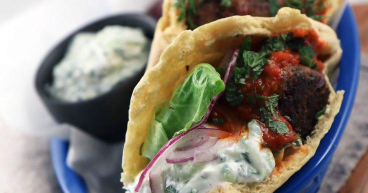 Fyllda pitabröd med grekiska lammköttbullar med smak av Grekland (oliver, citronskal och färsk oregano) och en härlig tzatziki med mynta och jalapeño.