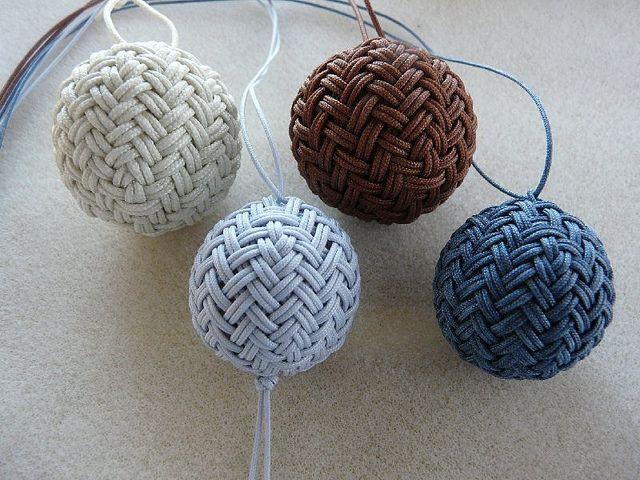 Herringbone Pineapple Knots Immaginateli realizzati con i nostri cordini oro o argento e appesi all'Albero di casa vostra... http://www.etsy.com/shop/ManifatturadiBreme