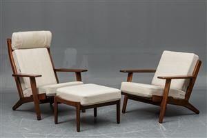 Hans. J. Wegner. Høj/lavrygget hvilestol samt skammel model 290 med stel af massivt lakeret egetræ, originale løse fjederhynder betrukket med uldstof. Formgivet i 1953. Fremstillet hos Getama, model GE-290. Fremstår med brugsspor, ridse/mærke på det ene armlæn.
