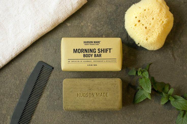 Magnifique barre de savon hydratante et stimulante pour la douche, produite avec soin comme tous les produits de Hudson Made!  Contient du beurre de karité et...