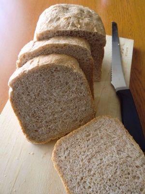 「全粒粉100%食パン」ビタミン・ミネラル・食物繊維が豊富な全粒粉を100%使用した、我が家の朝には欠かせない食事パン。1.5斤で焼くのがおすすめです!【楽天レシピ】