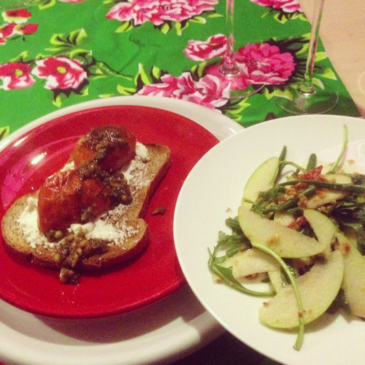 Thaise salade met appel, chili, pinda's, en vissaus. En geroosterd brood met tomaat en pesto. Door chez Rene