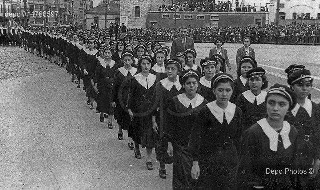 1936 yılında İstanbul'daki Cumhuriyet Bayramı törenlerine katılan öğrenciler.