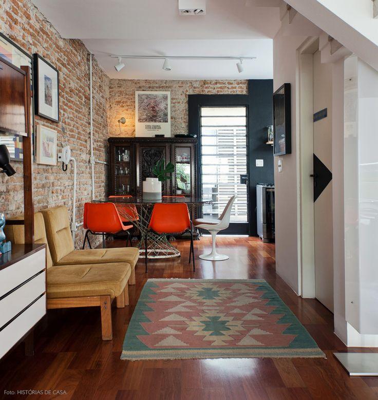 Uma casa construída nos anos 70 foi totalmente repaginada após uma reforma que revitalizou sua arquitetura e trouxe aconchego à decoração industrial.