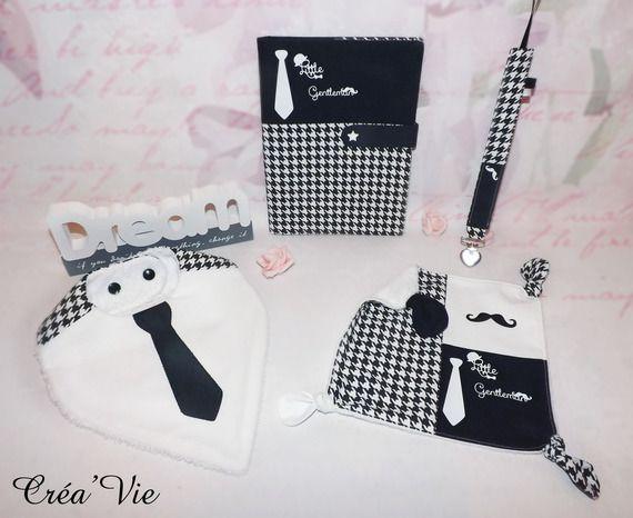 Box ensemble Bavoir bandana,doudou plat noeud,attache tétine, tons noir/blanc , motif little gentleman moustache à personnaliser