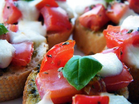 """3x Caprese - Het woord """"Caprese"""" komt vast bij iedereen wel bekend voor: het is de beroemde Italiaanse combinatie van tomaat en mozarella en vaak zit hier nog verse basilicum en pesto aan toegevoegd. Er zijn duizenden gerechten te verzinnen met deze combinatie…"""