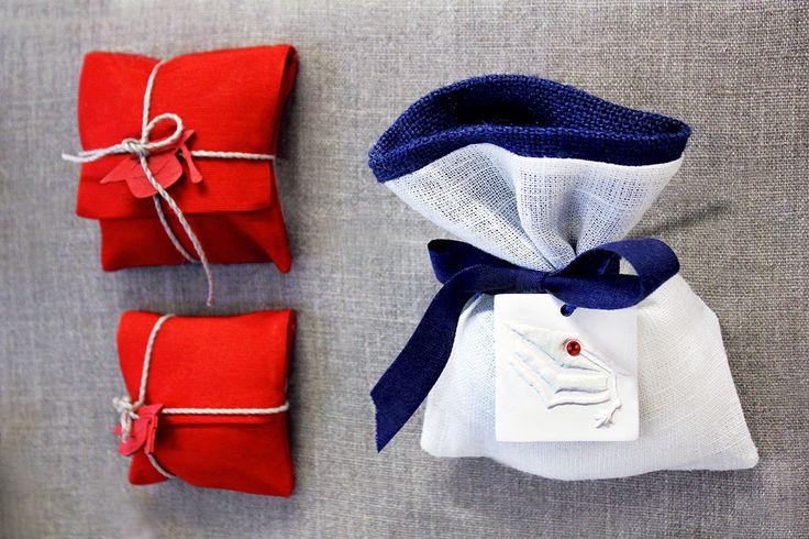 Sacchetto e bustine per #bomboniere di #Laurea con nastro e ciondoli.
