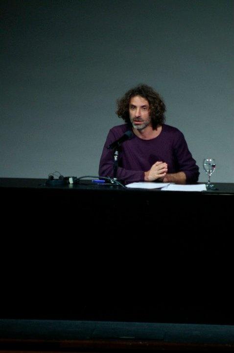 """Panorama Sur 2011 Artista libanés Rabih Mroué: """"I am here but you can't see me"""" teatro, dramaturgia."""