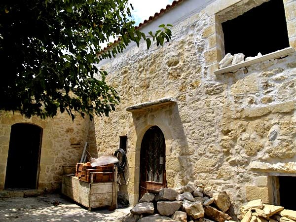 At the outer limits of the village, in peaceful neighbourhood, green environment and at the same time close to all kind of amenities and facilities is this traditional village house in need of renovation for sale...