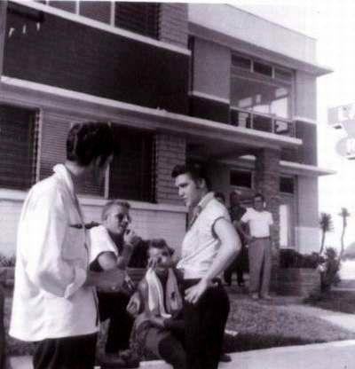 Elvis with  fans in Daytona beach in august  9 , 1956.