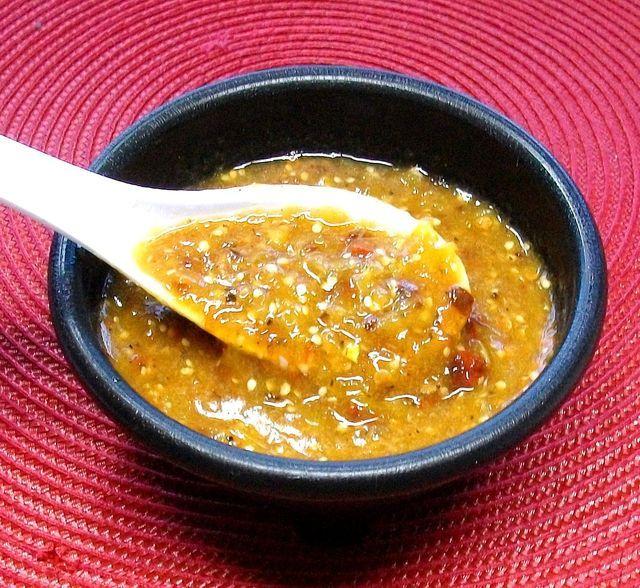 La salsa de chile morita con tomatillos es un condimento mexicano muy versátil que pide pocos ingredientes pero que rinde mucho en cuestión de sabor.