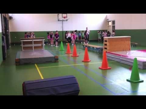 Klimmen en klauteren; stoeispelen rond mat; hindernisbaan; zaalhockey en touwtrekken.