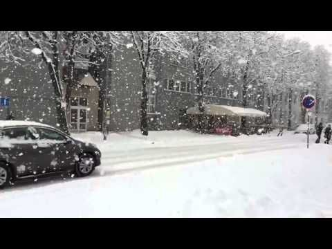 Massive snowflakes captured in slow motion (HD)