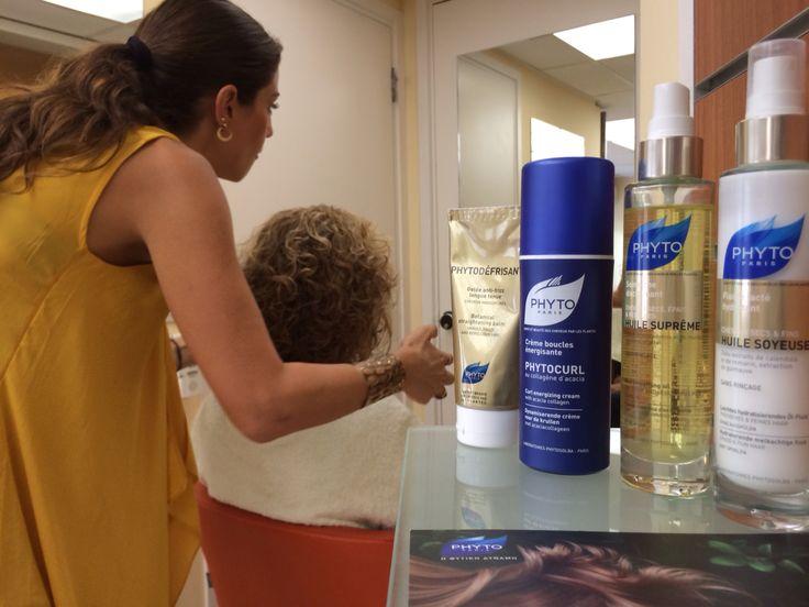 Η hair designer Στέλλα Σουλελέ, περιποιείται τα μαλλιά σου και σου δίνει συμβουλές ομορφιάς στο Φαρμακείο Γκιούρδα Χριστίνα στο Χολαργό, στα πλαίσια των Phyto Hair Experience events!