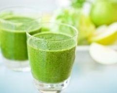 smoothie pommes kiwi : http://www.cuisineaz.com/recettes/smoothie-pomme-kiwi-60887.aspx