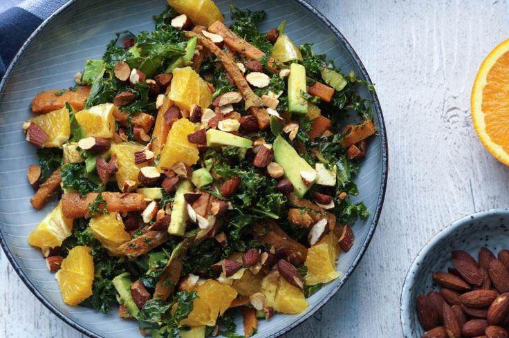 Det herer en af de lækreste salater jeg har fået meget længe. Den er snasket, fyldig, sprød og frisk på en gang. Jeg har bagt nogle gulerødder i ovnen i den skønneste marokkanske dressing, og vendt det rundt med frisk grønkål, appelsin, avocado og sprøde soyamandler. En kombination der var lige i øjet.Min oprindelige plan …