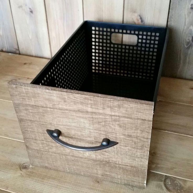 プラかごのサイズにカットして セリアの アーチ型ハンドル という取っ手で合体しました『100均木材とプラかごで棚に引出しをDIY』