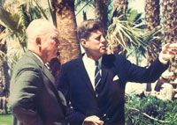 "1962. Peut être le 24 Mars. Par Thomas M. ATKINS. Atkins was vying for the job at the White House when, as a test run, he was assigned to photograph President Kennedy meeting with former President Eisenhower at Eisenhower's home in Palm Springs, Fla. ""They saw I knew what I was doing, and that's basically how I got the job,"" Atkins says. Photocredit: John Fitzgerald Kennedy Presidential Library and Museum"