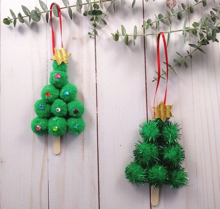 Originelle Weihnachtsbäume, Gelegenheitsarbeiten mit Holzstöcken, Zweige mit grünen Blättern