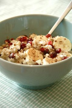Gezond ontbijtje met quinoa, hüttenkäse, banaan, honing en kaneel