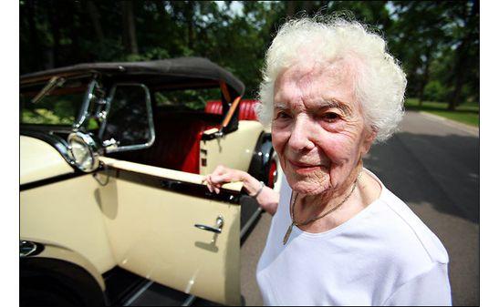 Deze 101-jarige dame rijdt nog steeds haar 82-jaar oude auto.