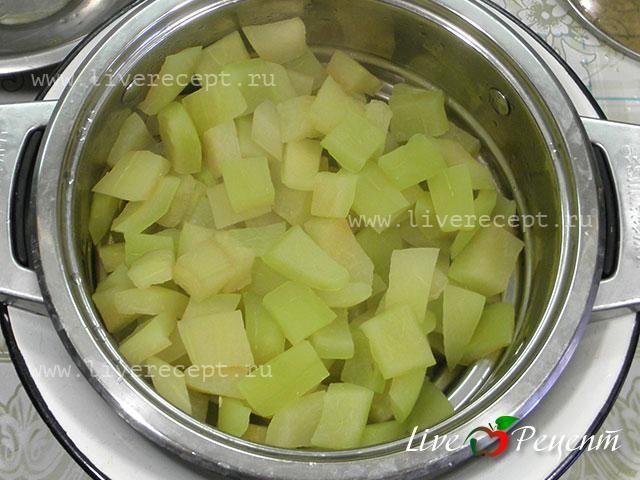 Маринованные арбузные корки для салатов. Арбузы1,5-2 кг уже очищенных корок Для маринада: Вода1 л Уксус1,5 стак.(яблочный) Соль2 ст. лож. Сахар2/3 стак. Лавровый лист1-2 шт. Перец душистый2-3 горошины Перец черный7-10 горошин Кориандр7-10 горошин Горчица7-10 горошин Гвоздика2 бутона (по желанию)