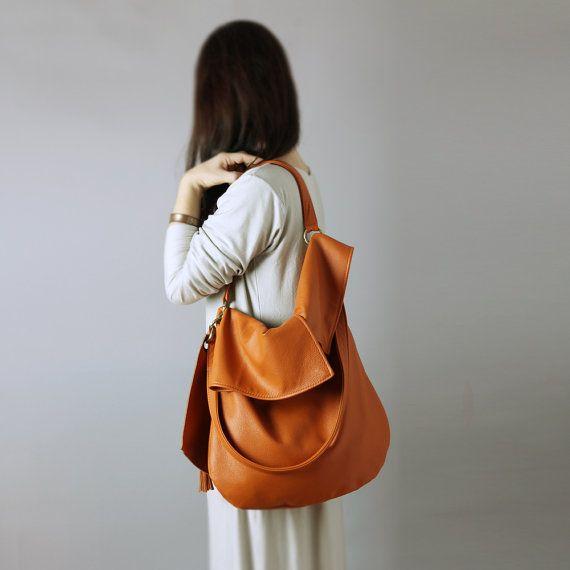 TUULI ist eine weiche große Hobo-Tasche in orange Cognac Naturleder.  Diese slouchy Hobo von weichen und schön gemacht, feinsten italienischen Kalbsleder in orange Cognac Farbe - sehr elegant Schatten. Buttrig weiches Leder.  Es ist groß, einfache und asymmetrisch.  Tasche ist aus 100 % echtem Leder gefertigt. Gesäumt von Leinen in Haferflocken Farbton mit ein wenig Glanz.  Es ist sehr leicht. A4/Letter Papierformat passt. Langen abnehmbaren Träger und mit Reißverschluss Tasche hinzugefügt…