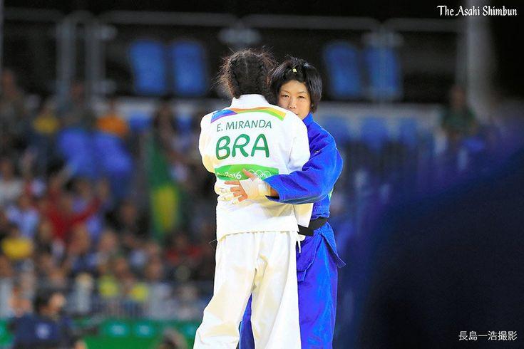 リオデジャネイロ五輪の柔道女子52キロ級で中村美里が銅メダルを獲得しました。 3位決定戦後、対戦相手のミランダと抱き合う姿も見られました。(た) #Rio2016 #柔道 #リオ五輪