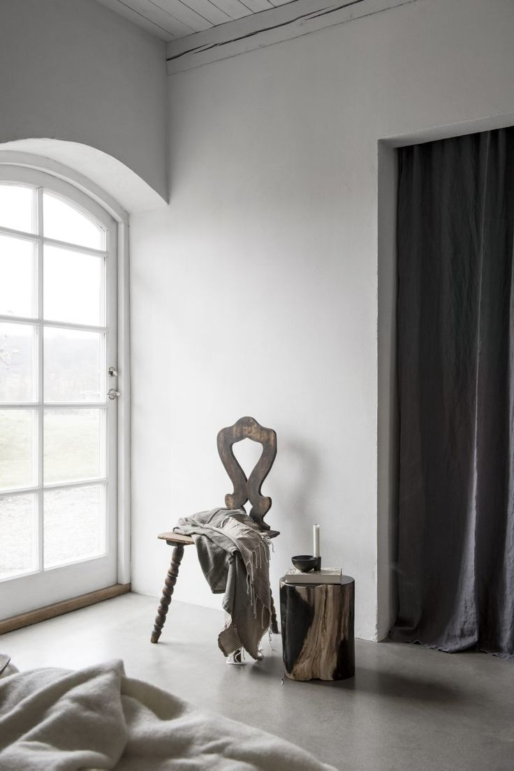 Designtokiga Micha van Dinther och Magnus Wittbjer valde livet på Västerlenslätten för avskildheten. Men nu öppnar de huset för kreti och pleti under vårens Konstrunda.