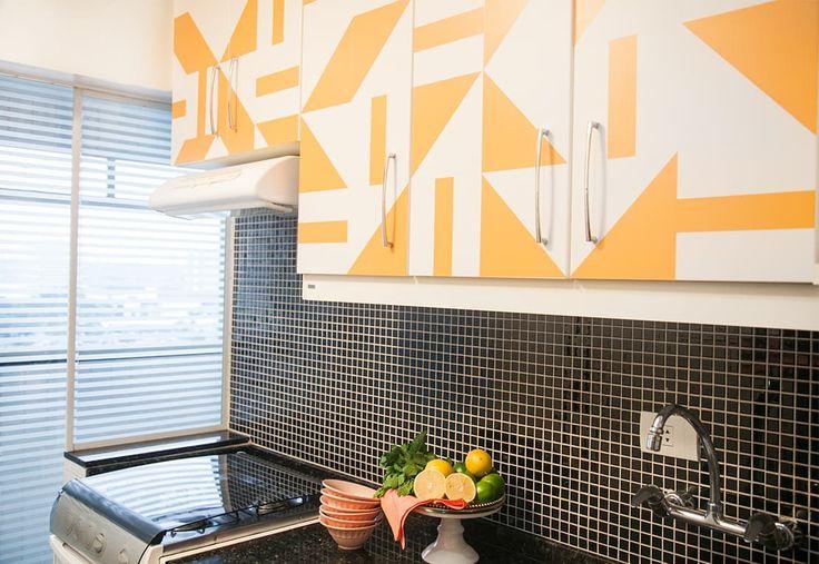 Ensinamos como atualizar os armários da cozinha com adesivos de azulejo. Cores vivas despertam os espaços e são práticos na aplicação.