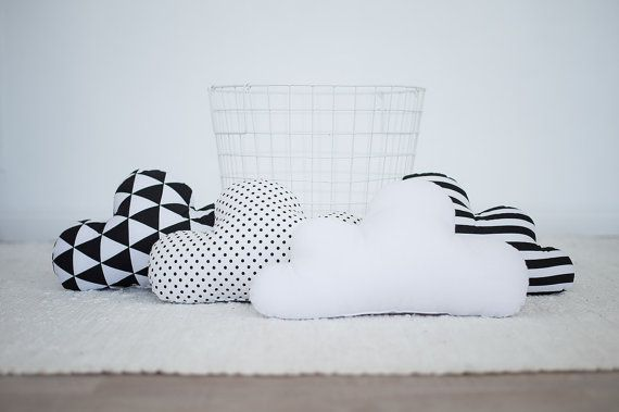 Kids Stuffed Cloud shaped pillow - Gift Ideas Baby Toddler Mobile - white black nursery room decor - Coussin pour bébé, coussin décoratif One cloud shaped pillow. You can choose dotted, striped, triangles or plane fabric - looks nice in babys room interior. 100% cotton is used on both