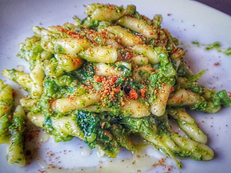 Un piatto che a casa mia mette d'accordo tutti, fa parte della cucina tradizionale pugliese, terra di origine di mio marito. Gli ingredienti principali sono: la pasta fresca, le cime di rapa e l'ol…