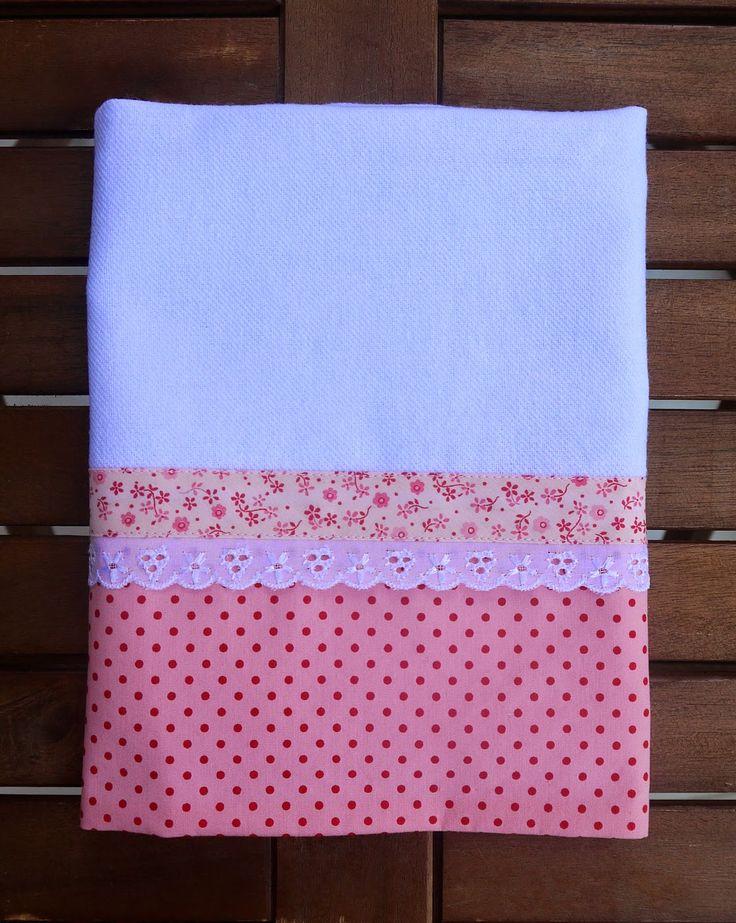 Pano de prato branco com barrado de tecido rosa com poá