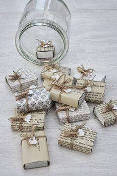 Kleine Geschenke lassen sich prima in aufgepimpten Streichholzpackungen verpacken.