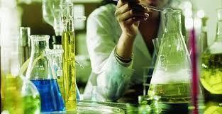 005 - Las disciplinas de la química se agrupan según la clase de materia bajo estudio o el tipo de estudio realizado. Entre éstas se tienen: - La química inorgánica, que estudia la materia inorgánica.  - La química orgánica, que estudia la materia orgánica.  - La bioquímica, que estudia las substancias existentes en organismos biológicos.  - La fisicoquímica, que comprende los aspectos energéticos de sistemas químicos a escalas macroscópicas, moleculares y atómicas.