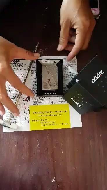 Zippo Footprints Brushed Chrome Pocket Lighter  : 660k Code : zippo 28180 Chất liệu :  Brushed Chrome - nhám , chống để lại dấu vân tay. Mặt trước : sử dụng công nghệ : podwer coat - in hình / cán hình : hình ảnh trên zippo sẽ ko phai, trường tồn với thời gian. MẶt sau : trơn nhám. Dòng : zippo cổ điển, ruột trắng , đít lõm. Sản xuất : 2014. Xuất xứ: USA - zippo Mỹ chính hãng. Bảo hành: máy zippo trọn đời. Zippo chính hãng Mỹ, bảo hành ĐIỆN TỬ trọn đời, fullbox, mới 100%, giấy…