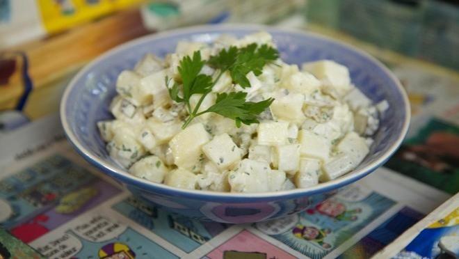 Bak aardappelsalde van de Lidl die met zwarte peper, spekjes erbij bakken en ananas er doorheen dan krijg je een verrukkelijke salade. Ps de foto verwijst nog door na een andere lekkere salade en recpten