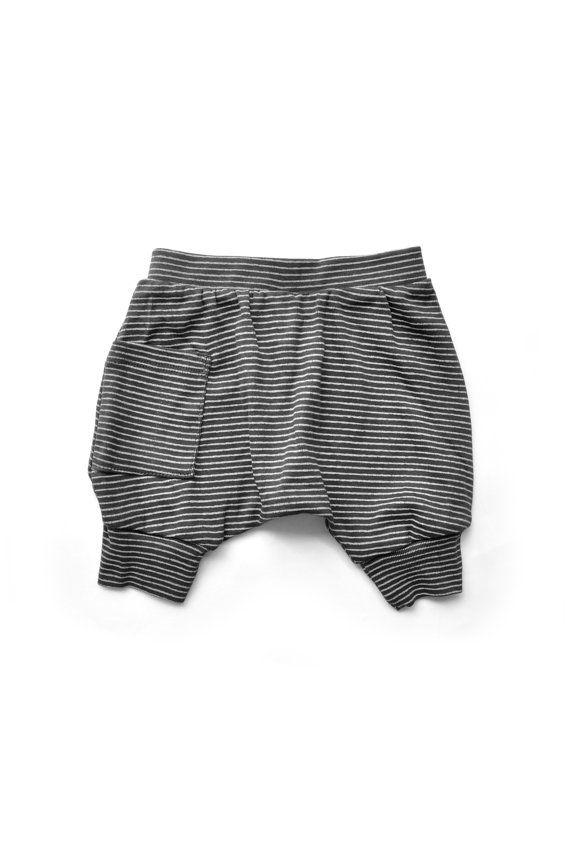 Baby jongen harem stijl shorts - zwarte kleur met strepen, lichte jersey stof, 100% biologische katoen, rekbare tailleband met één zakje op de