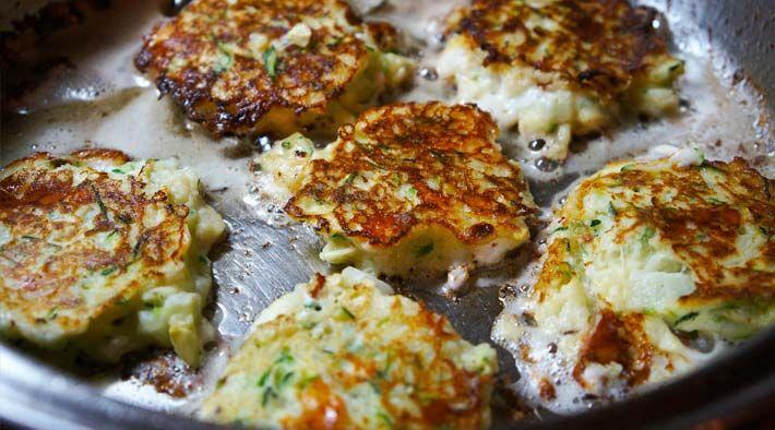 Low Carb Rezept für leckere Low-Carb Zucchini-Feta Küchlein. Wenig Kohlenhydrate und einfach zum Nachkochen. Super für Diät/zum Abnehmen.