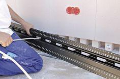 Zur (Nach-) Installation von Daten- oder Elektroleitungen wird die vor dem Kanal befestigte Sockelleiste entfernt und der Elektriker kann überall im Raum die Elektroinstallation erweitern, auf den neuesten Stand bringen oder die Elektroanschlüsse entsprechend den Inneneinrichtungswünschen der Nutzer positionsgenau verlegen. © KS-QUADRO