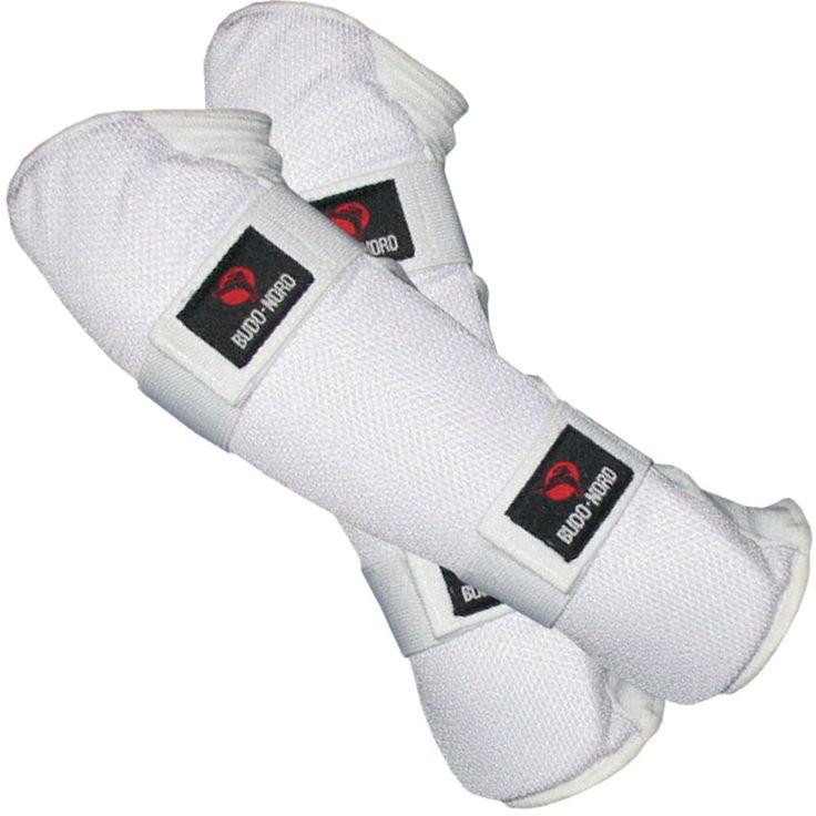 Budo-Nord arm- og albuebeskytter - 195,00 DKK Budo-Nord arm- og albuebeskytter er med forbøjet fyld. Trækkes på underarmen og elastiklukning, der sidder på hele underarmen gør, at armbeskytteren ikke snurrer rundt.