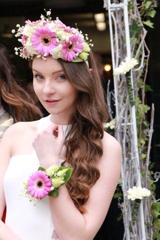 Svatební kytice v podání květinové čelenky a květinového náramku.