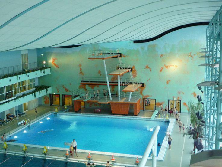Das Agrippabad steht für Badespaß mitten in der Kölner City. Nur wenige Schritte vom Neumarkt entfernt ist das Bad sowohl bei Schwimmern beliebt, die gerne ihre Bahnen ziehen, als auch bei Familien. Neben einem 25-m-Sportbecken erwarten die Gäste u.a. Kölns längste Rutsche, eine Sprunganlage mit 10-Meter-Turm, Kinderplanschbecken und ein Solebecken. Darüber hinaus bietet das Agrippabad ein umfangreiches Angebot an Wasserkursen.  Ausstattung: Ca. 5500 qm Gesamtfläche, davon ca. 1200 qm…