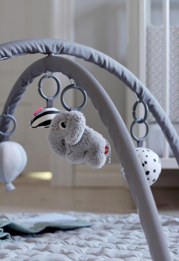 Das Activity Spielcenter von Done by Deer sorgt für die perfekte Abwechslung und dient mit der kuschelweichen und gesteppten Krabbeldecke gleichzeitig als bequeme Spielunterlage. Mehr Infos findet Ihr unter www.kleinefabriek.com