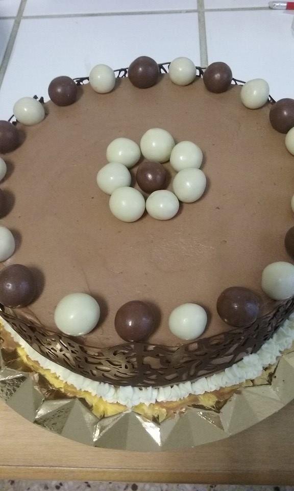 Tarta de ganache de chocolate con leche y ganache de chocolate blanco.