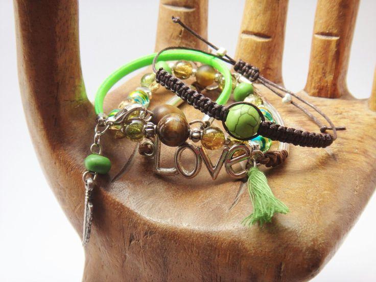 Conjunto de pulseras en verde y marrón.