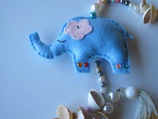 Espanta espíritos elefante em feltro e conchas