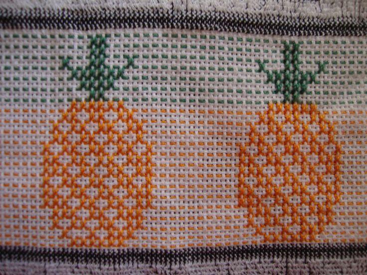 Pano de prato DOHLER Verona bordado em ponto oitinho  Motivo: abacaxis