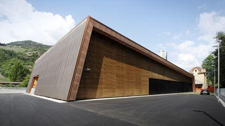Centrale di teleriscaldamento, a Chiusa (BZ); facciata e tetto in rame naturale- Progettista: Roland Baldi Architekt